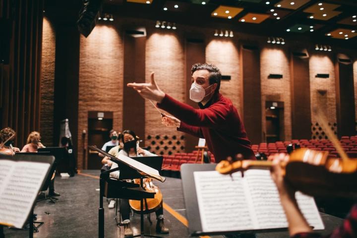 Filippo Ciabatti directing the Dartmouth Symphony Orchestra